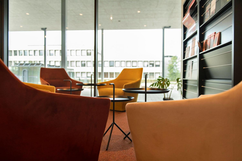 Gezellige lerarenkamer Vives Kortrijk met Chic fauteuils, DLM bijzettafels van HAY en folderkasten
