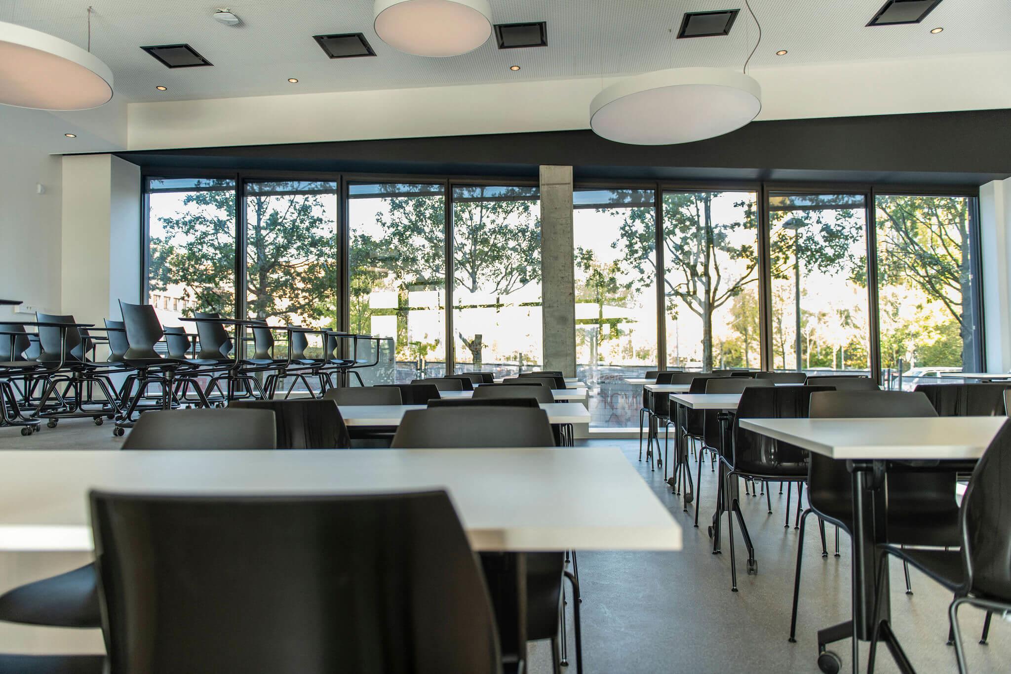 Modulair leslokaal bij Vives Kortrijk met stapelbare stoelen en mobiele klaptafels