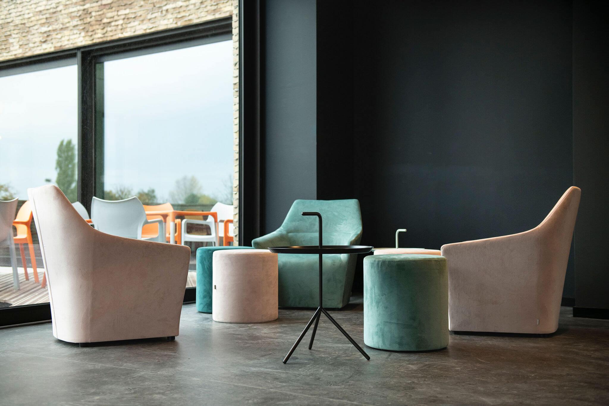 Vives Kortrijk - studentenlounges werden voorzien van Chic fauteuils en DLM bijzettafels
