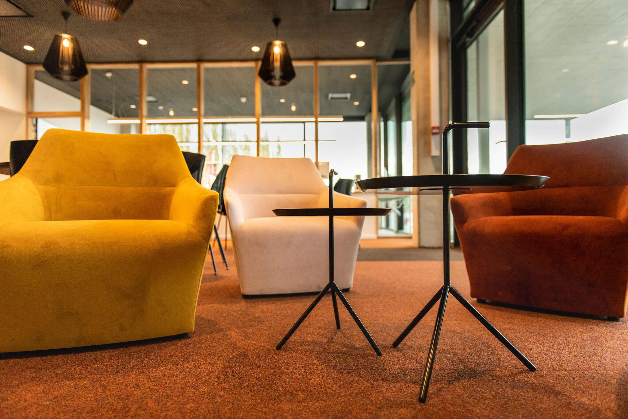 Lerarenkamer Vives Kortrijk met Chic fauteuils en DLM bijzettafels van HAY