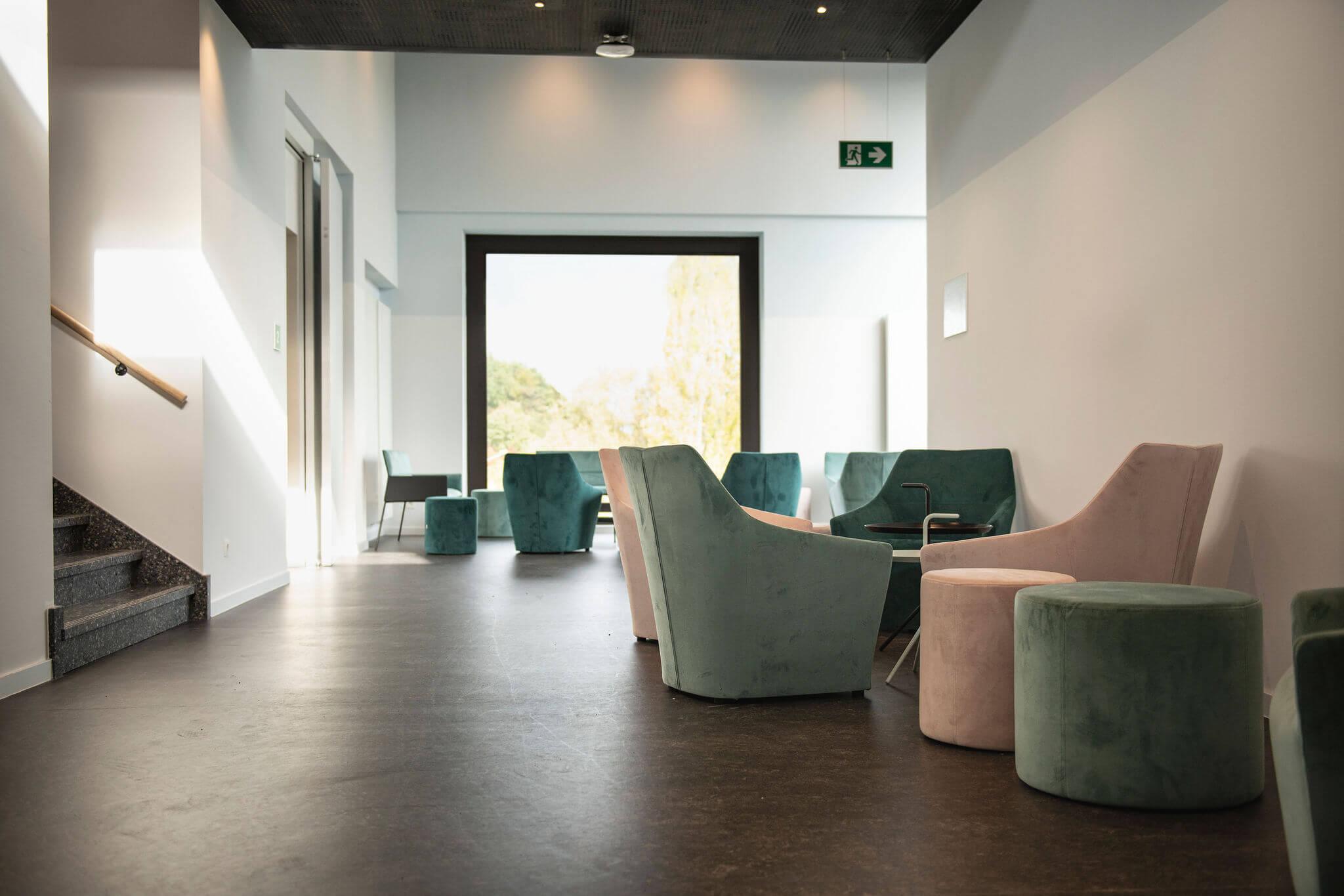 Op verschillende plaatsen doorheen het gebouw vind je Chic fauteuils terug.
