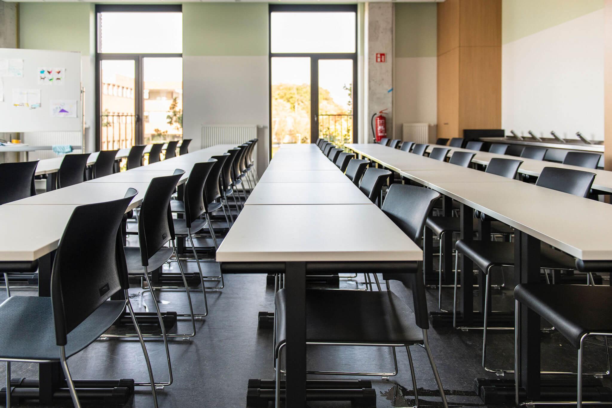 Leslokaal bij Vives Kortrijk met leerlingentafels en stapelbare Sting stoelen.