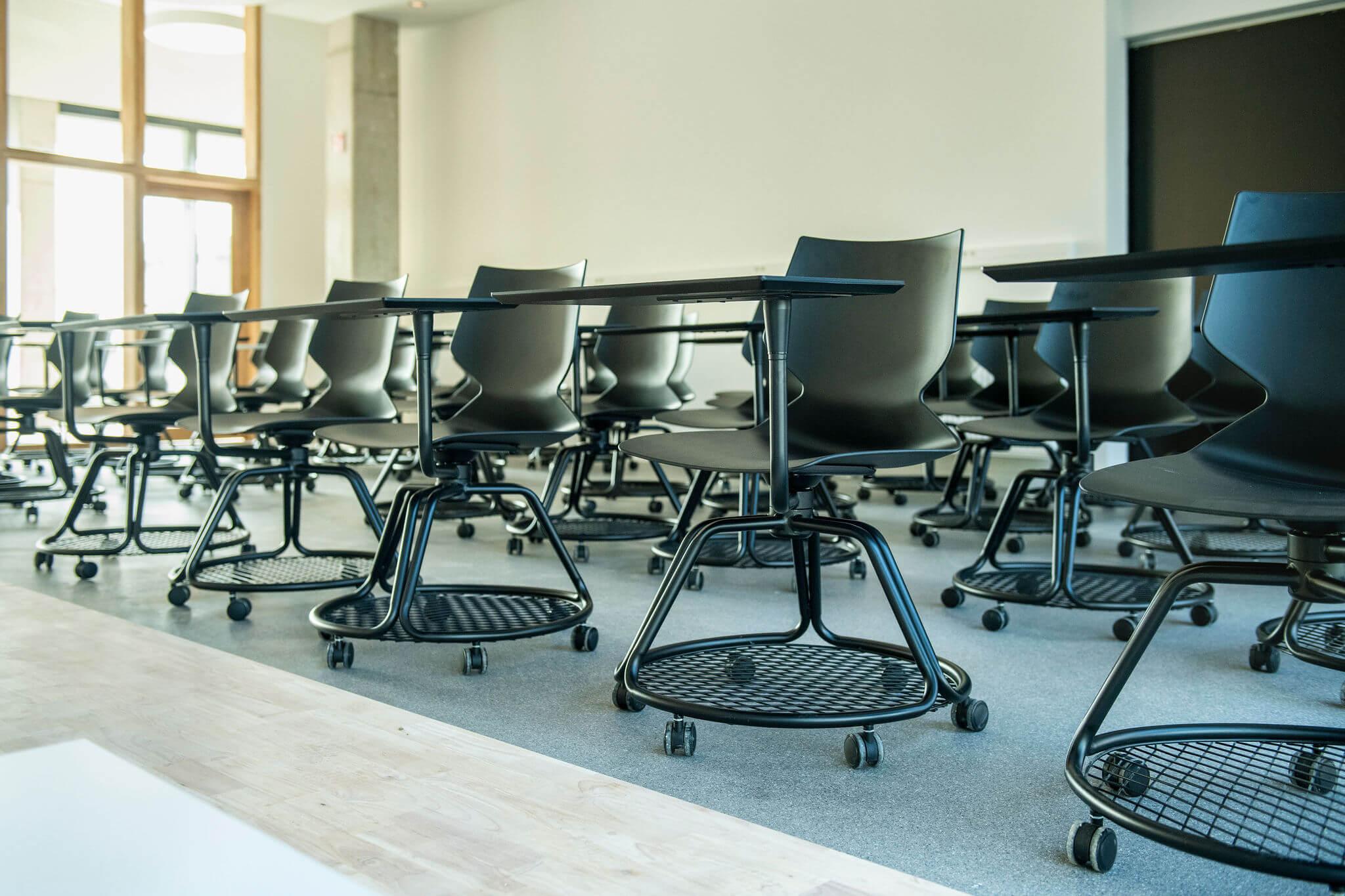 Leslokaal Vives Kortrijk met unieke all-in-one stoel incl. schrijftablet, wielen en opbergruimte voor rugzakken en handtassen.