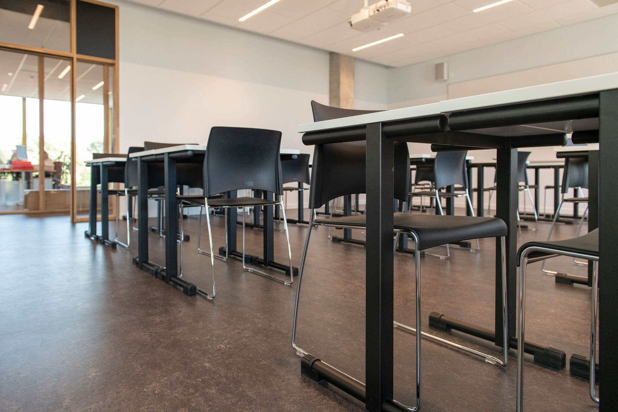 Leslokaal bij Vives Kortrijk met stapelbare Sting stoelen en leerlingentafels
